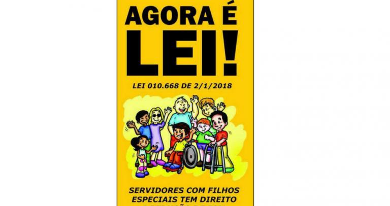 Descrição da imagem: cartaz amarelo com os dizeres agora é lei! Lei 010.668, de 2/01/2018 Servidores com filhos especiais têm direito a 50% de redução da jornada de trabalho