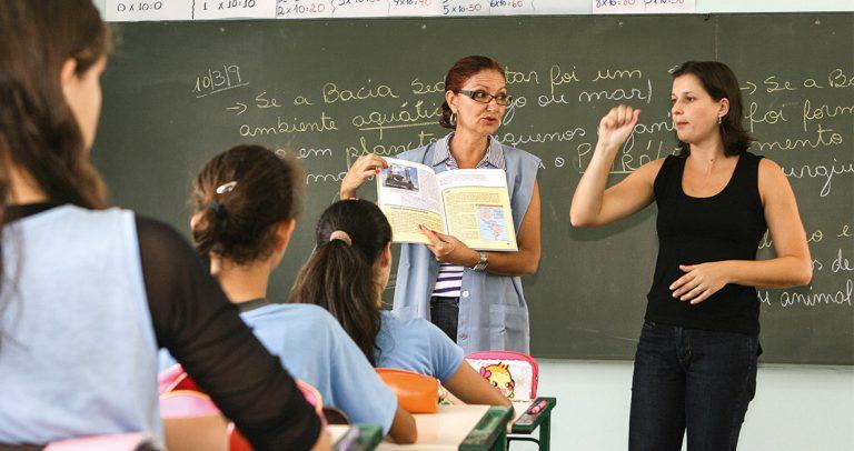 Marilda Dutra, professora de Geografia, e Marcia Maisa Leite Buss, intérprete e seus alunos em sala de aula, da EE Nossa Senhora da Conceição. EDUARDO MARQUES/TEMPO EDITORIAL