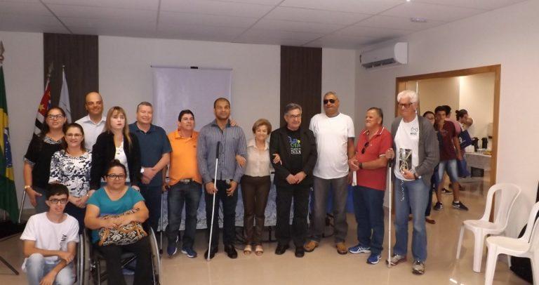 foto com um grupo de pessoas com e sem deficiência, de pé, ao lado umas das outras. Dr. Kal está no grupo.