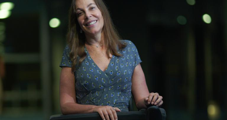 """Descrição da foto: #pracegover """"paratodosverem: Fotografia de Mara Gabrilli sentada na cadeira de rodas, sorrindo. Fim da descrição."""