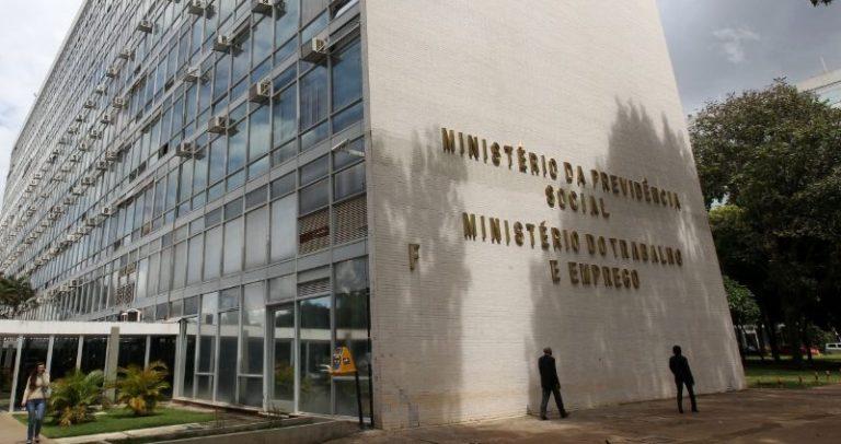 descrição da imagem: foto da lateral e frente de um prédio com as letras em dourado onde se lê: Ministério da Previdência Social e Ministério do Trabalho e Emprego.