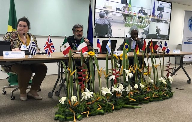 Mesa do painel onde os palestrantes estão se apresentando