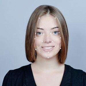 Fotografia de uma mulher jovem, aparentando pouco mais de 20 anos, destaca em gráfico branco os pontos da face, interligados em linhas