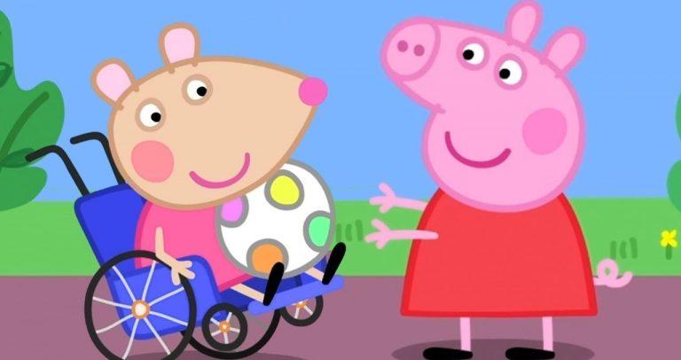 Desenho onde aparecem Peppa Pig brincando com MandyMouse, que está sentada em sua cadeira de rodas com uma bola no colo.As duas porquinhas estão ao ar livre