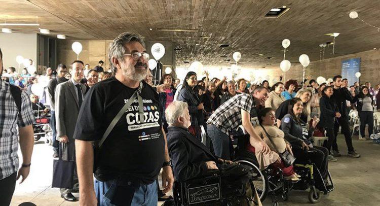 O coordenador da Câmara Paulista de Inclusão, José Carlos do Carmo, Kal, ouve a leitura da carta.