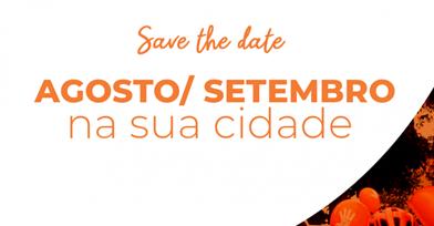 Em fundo branco, com detalhe e letra em cor de laranja, no cartaz da campanha está escrito: Save The Date, Agosto/setembro na sua cidade