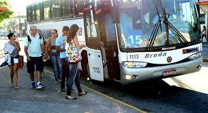 uma fila de pessoas ao lado de um ônibus com a porta aberta