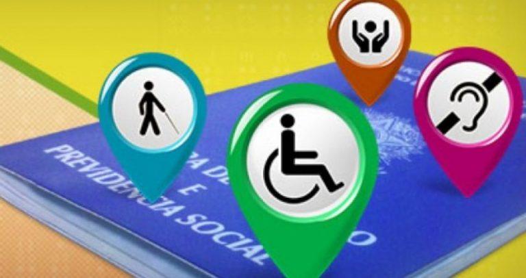 Ilustração de uma carteira de trabalho na horizontal, com 3 ícones representando as deficiências física, auditiva e visual.