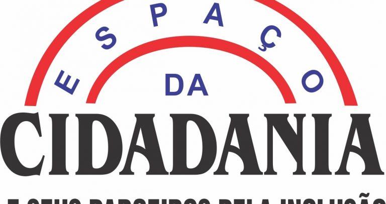 """Logo no qual está escrito: Espaço da Cidadania e seus parceiros pela inclusão. A palavra """"espaço"""" faz um arco vermelho acima da palavra cidadania, que está em negrito."""