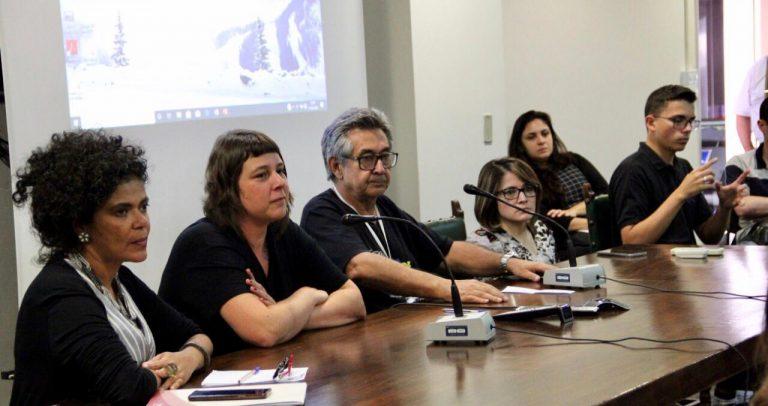 foto dos palestrantes sentados à mesa que fica diante do auditório. Estão todos olhando para o público durante a sessão de perguntas. Da esquerda para a direita: Dra. Elisiane dos Santos, Patrícia Pavanelli, Dr. José Carlos do Carmo e a secretária adjunta da SMPED, Marinalva Cruz.