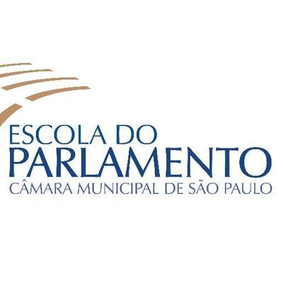 Logo da Escola do Parlamento: em um fundo branco, no canto esquerdo, há 4 linhas em tom de bege (na posição diagonal) e logo abaixo está escrito em azul e caixa alta Escola do Parlamento. Abaixo está escrito Câmara Municipal de São Paulo.