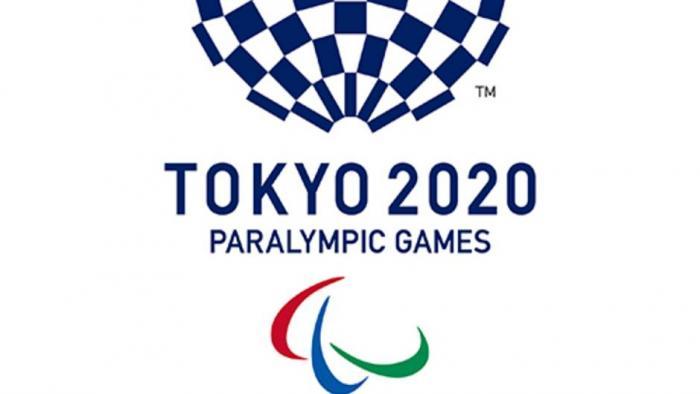 """Logo Jogos Paralímpicos de Tóquio é um círculo composto quadrados azuis e brancos e abaixo está escrito em letras maiúsculas Tokyo 2020,mais abaixo """"Paralympic Games"""" e abaixo, três faixas nas cores vermelha, azul e verde."""